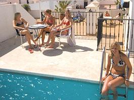 Pool auf dem Dach des Studentenwohnheims in Nerja